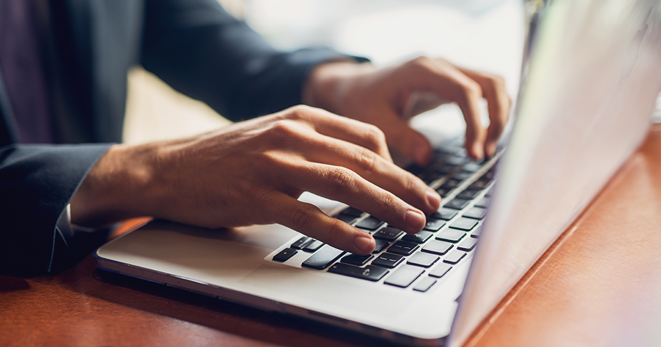 Homme qui tape sur un clavier