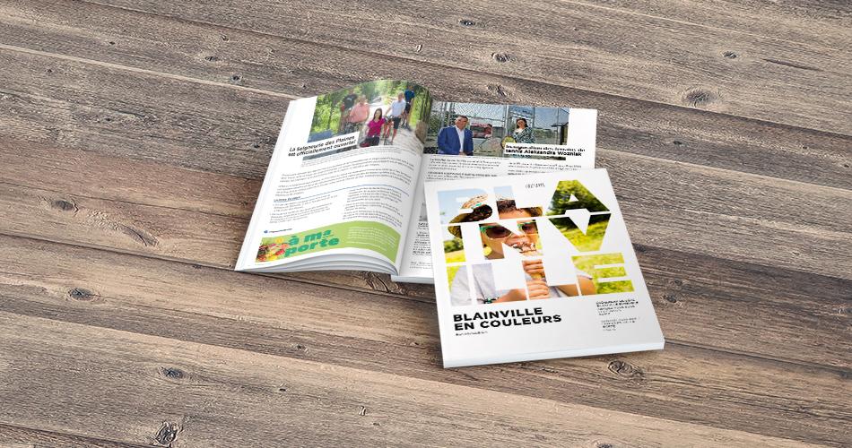 Aînée qui lit le magazine Blainville en couleurs