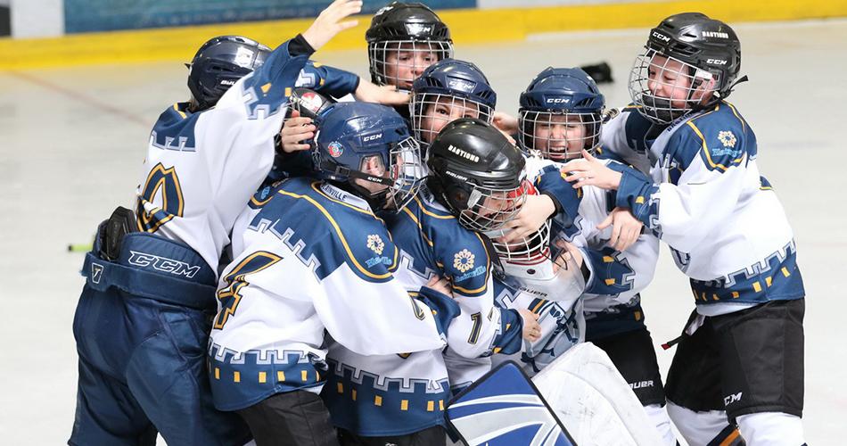 Jeunes joueurs de hockey heureux