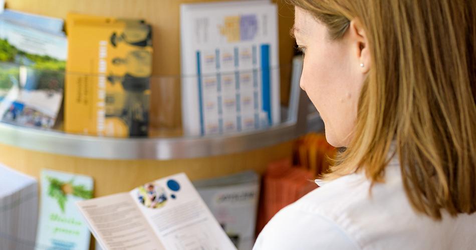 Femme qui lit un dépliant