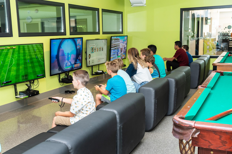 Jeunes qui jouent à des jeux vidéos