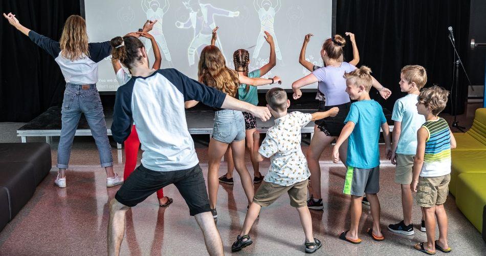Jeunes qui jouent à un jeu de danse