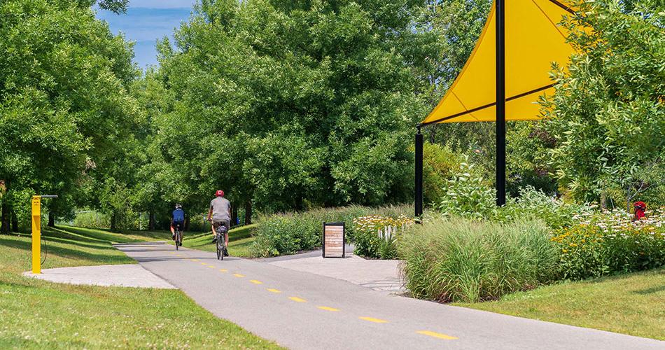 Deux cyclistes sur une piste cyclable