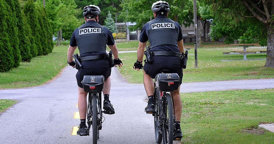 Deux policiers à vélo