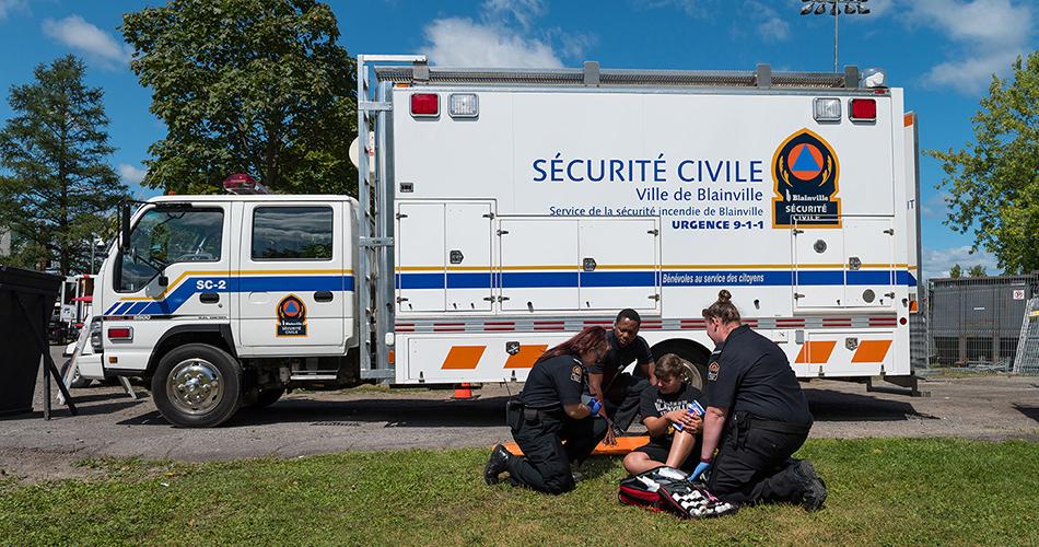 Trois bénévoles aident un jeune blessé