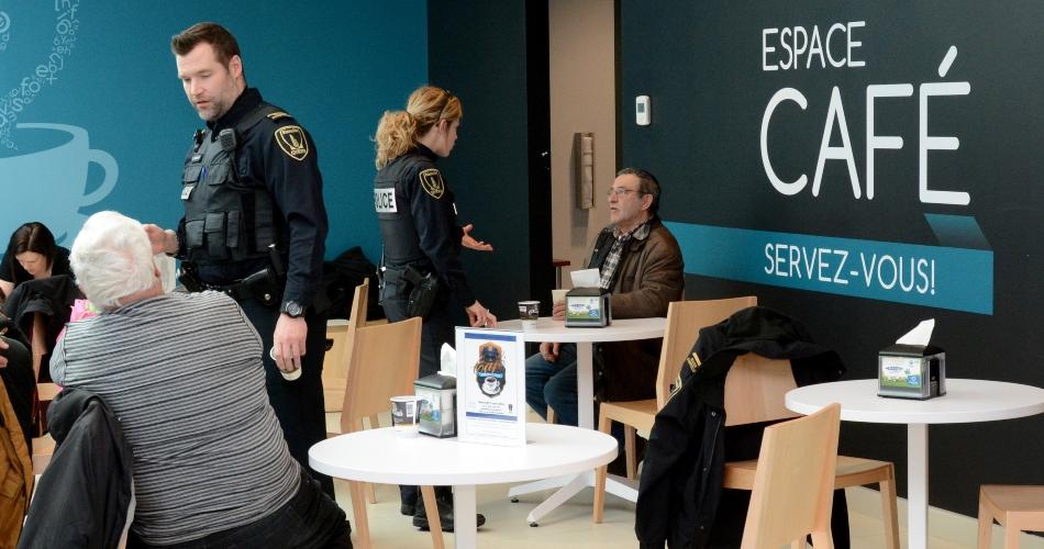 Policiers qui discutent avec des citoyens