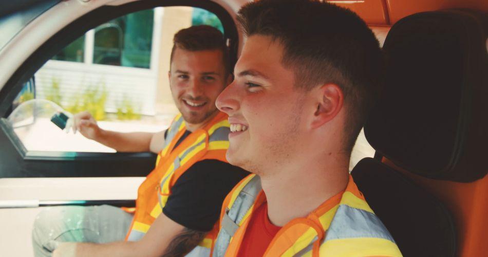 2 jeunes employés dans un véhicule de la Ville