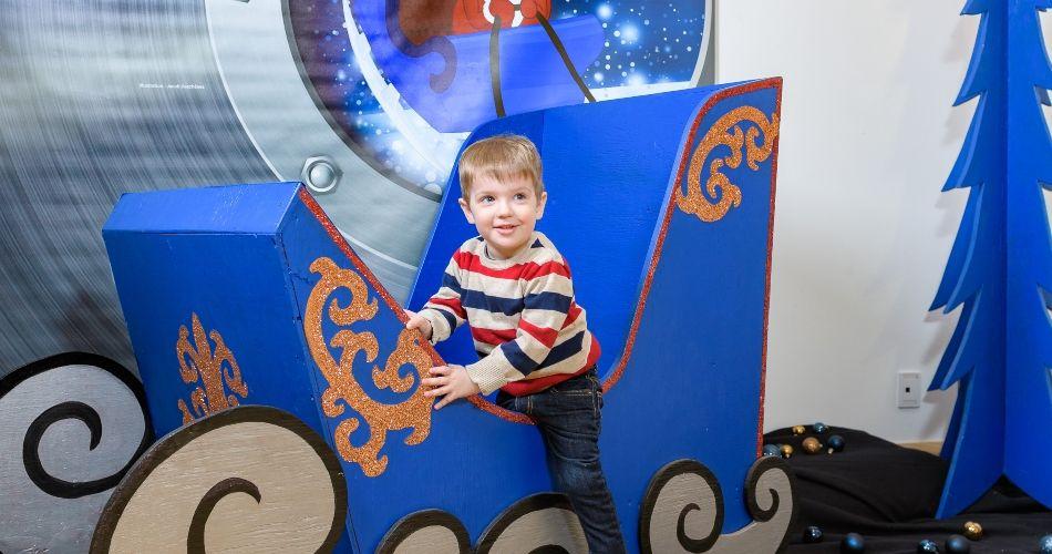 Petit garçon à l'exposition Mission Noël